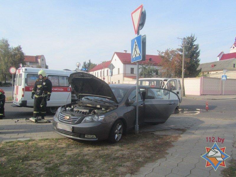 Не проскочил: в Гродно микроавтобус отбросил легковушку на тротуар - пострадала девушка-пассажир, фото-5