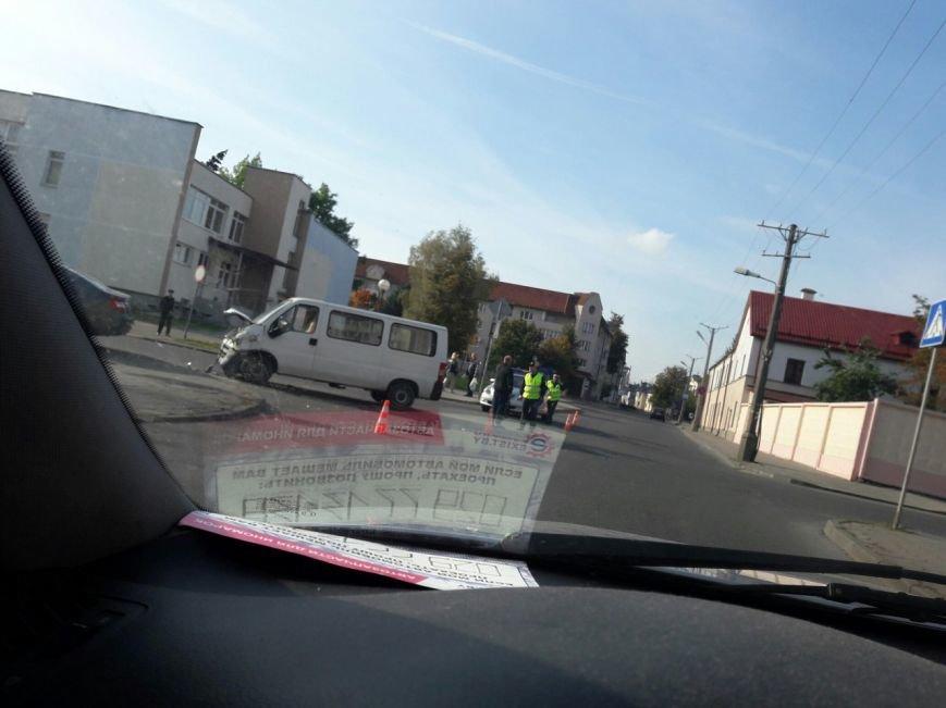 Не проскочил: в Гродно микроавтобус отбросил легковушку на тротуар - пострадала девушка-пассажир, фото-2