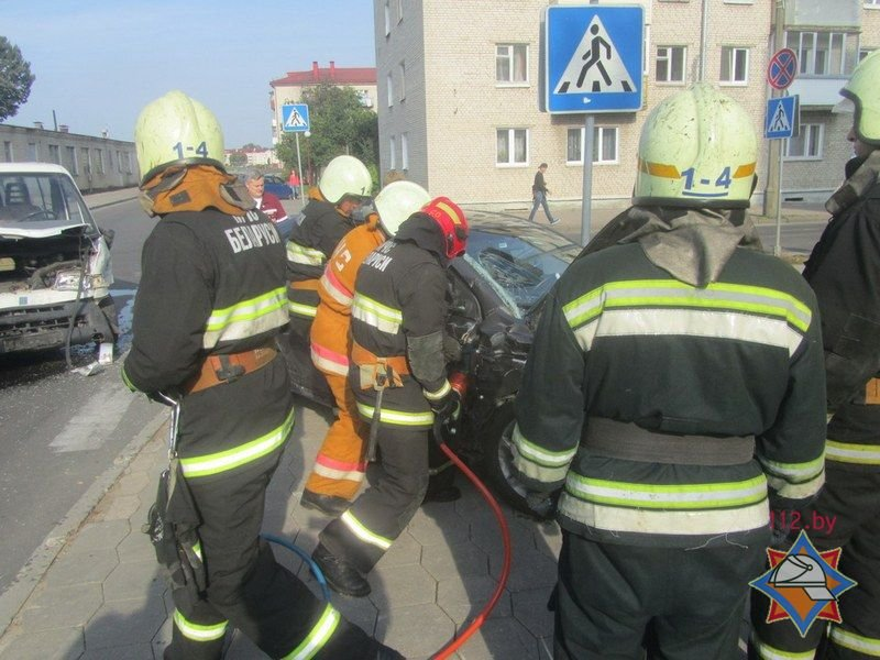 Не проскочил: в Гродно микроавтобус отбросил легковушку на тротуар - пострадала девушка-пассажир, фото-7