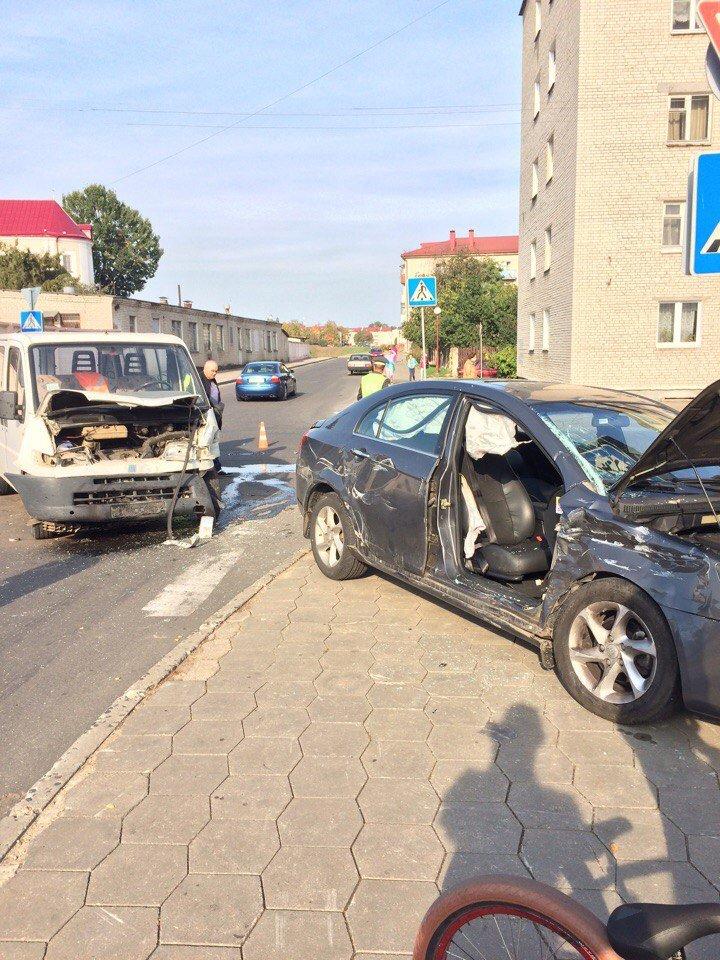Не проскочил: в Гродно микроавтобус отбросил легковушку на тротуар - пострадала девушка-пассажир, фото-3