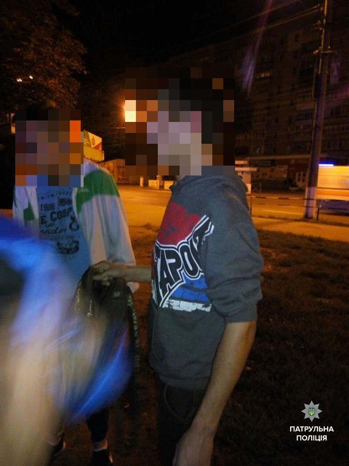 Кременчугские патрульные задержали троих парней, подозреваемых в нападении с ножом на прохожих, фото-2