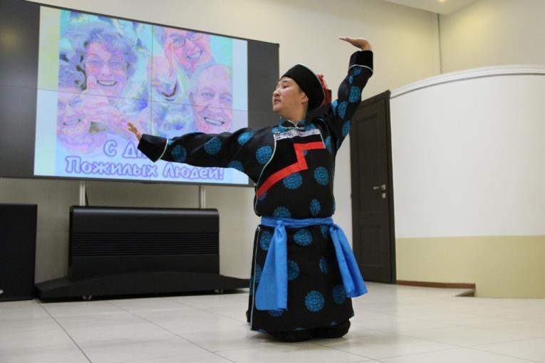 В Южно-Сахалинске пожилым людям раздавали витаминки, фото-1