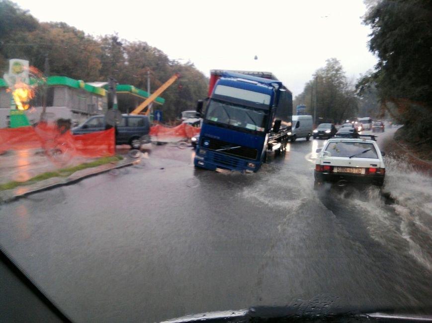 На щойно відремонтованій вулиці Стуса під землю провалилася вантажівка (ФОТО), фото-1