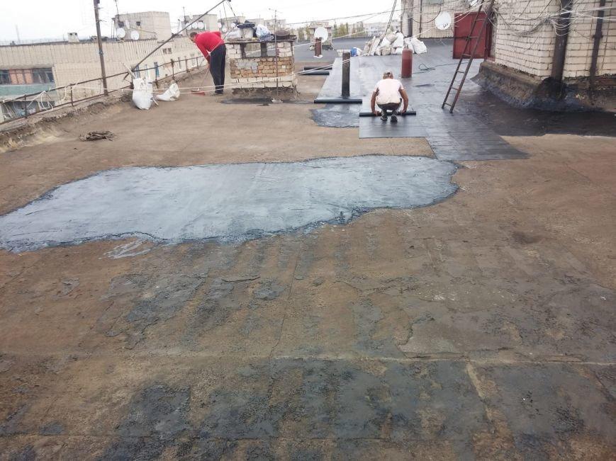 Депутат Херсонского горсовета проверил состояние работ на крыше одной из многоэтажек (фото), фото-1