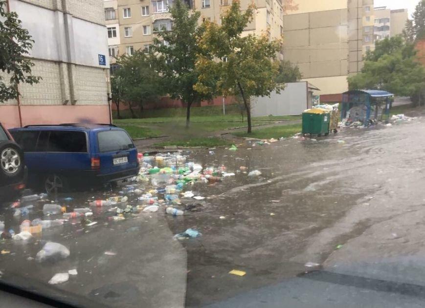 Через сильні опади вулицями Львова почало плавати сміття (ФОТО), фото-1