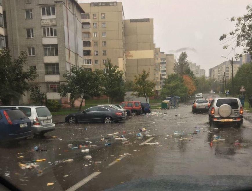 Через сильні опади вулицями Львова почало плавати сміття (ФОТО), фото-3