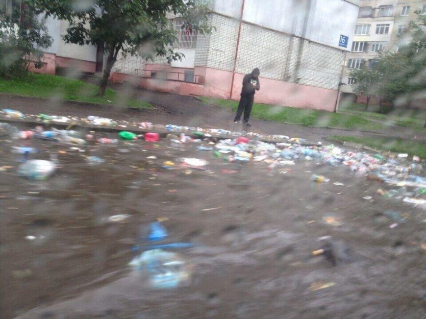 Через сильні опади вулицями Львова почало плавати сміття (ФОТО), фото-2