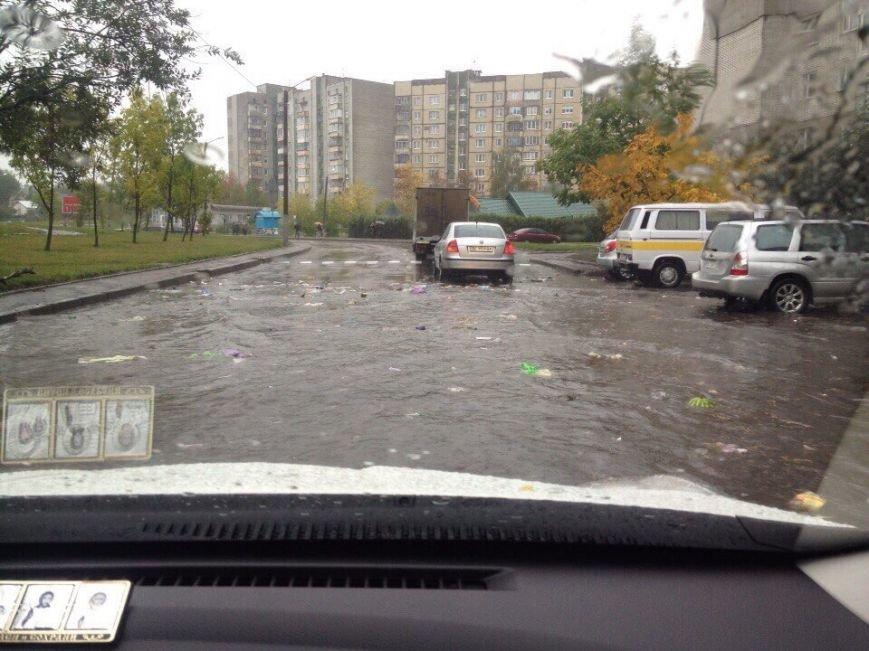 Через сильні опади вулицями Львова почало плавати сміття (ФОТО), фото-4