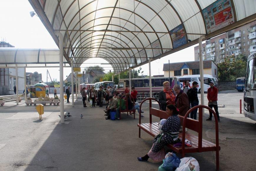 Ужгородський вокзал: атмосфера «Трьох горбів», стихійна торгівля та бродячі пси, фото-2