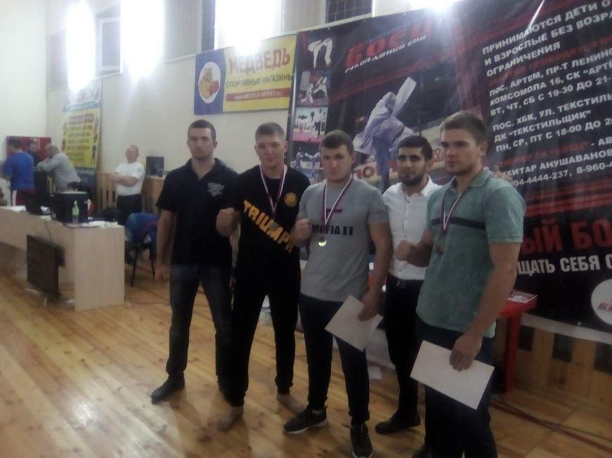 Ковтун Иван (на фото в центре)