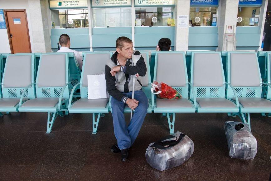 1 Микола Бакаєв чекає на літак.