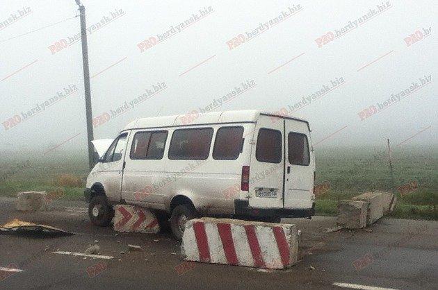 В Запорожской области микроавтобус протаранил блокпост, - ФОТО, фото-2