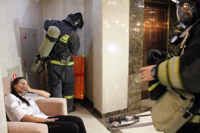 В Южно-Сахалинске спасали «жертву» учебного пожара в гостинице., фото-5