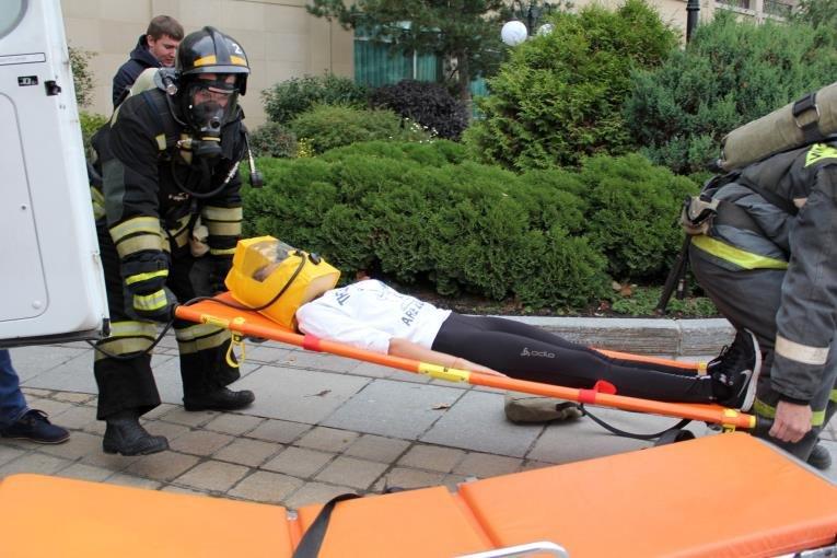 В Южно-Сахалинске спасали «жертву» учебного пожара в гостинице., фото-6