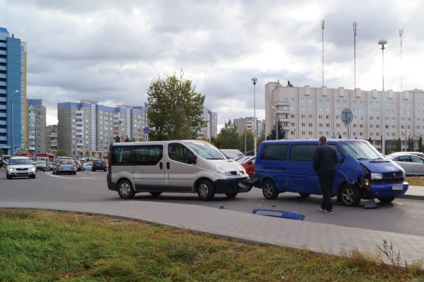 В Гродно рядом с парковкой гипермаркета столкнулись два микроавтобуса, фото-2