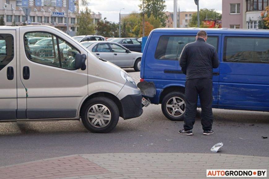 В Гродно рядом с парковкой гипермаркета столкнулись два микроавтобуса, фото-3