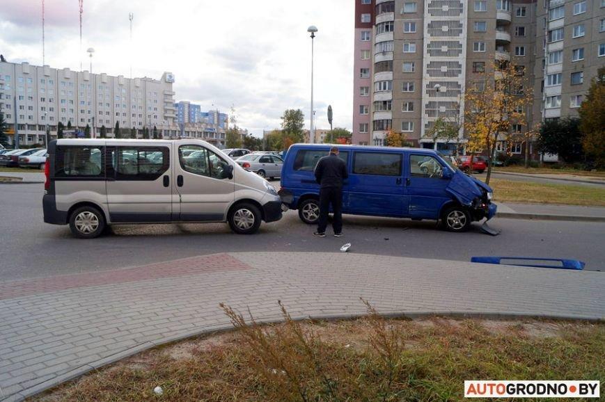 В Гродно рядом с парковкой гипермаркета столкнулись два микроавтобуса, фото-4