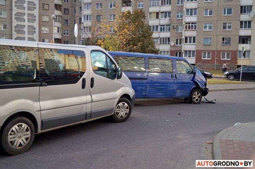 В Гродно рядом с парковкой гипермаркета столкнулись два микроавтобуса, фото-1