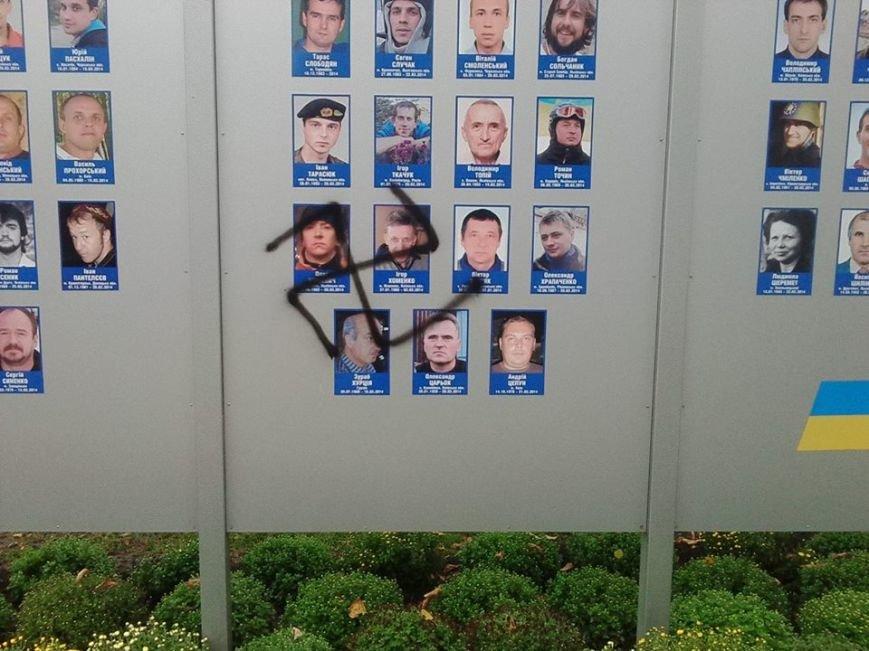 Неизвестные снова осквернили мемориал Героям Небесной Сотни в Кременчуге (ФОТО), фото-3