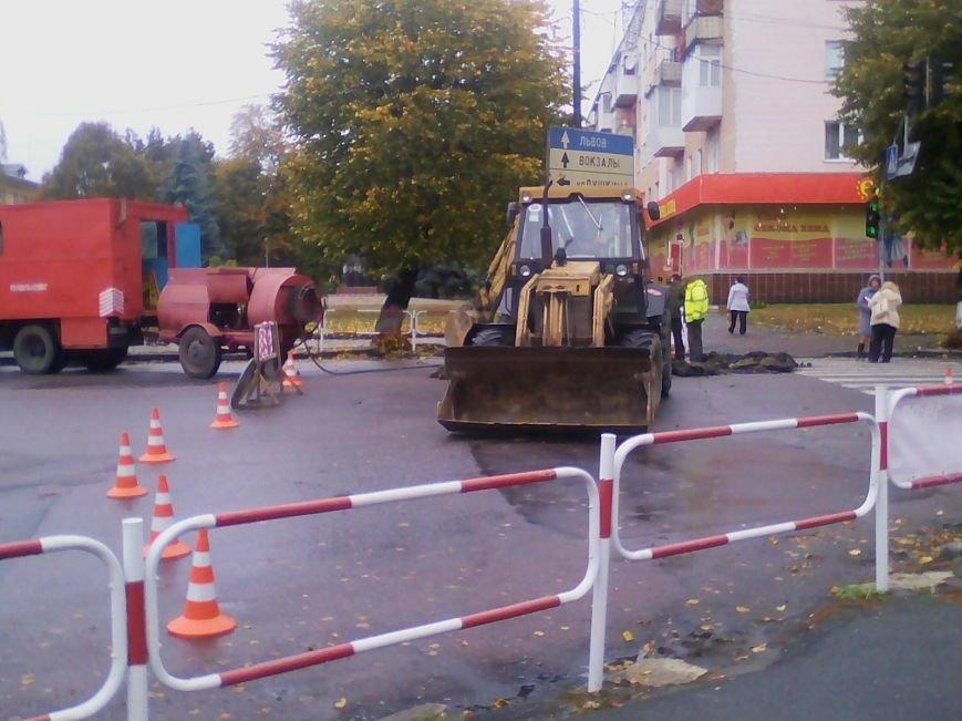 Центральна частина Новограда-Волинського перекрита: ведуться ремонтні роботи (ФОТО), фото-3