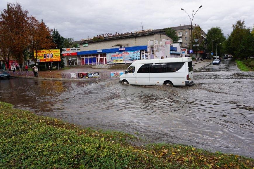 Сильный ливень в Каменском затопил улицы и частично парализовал движение транспорта, фото-12