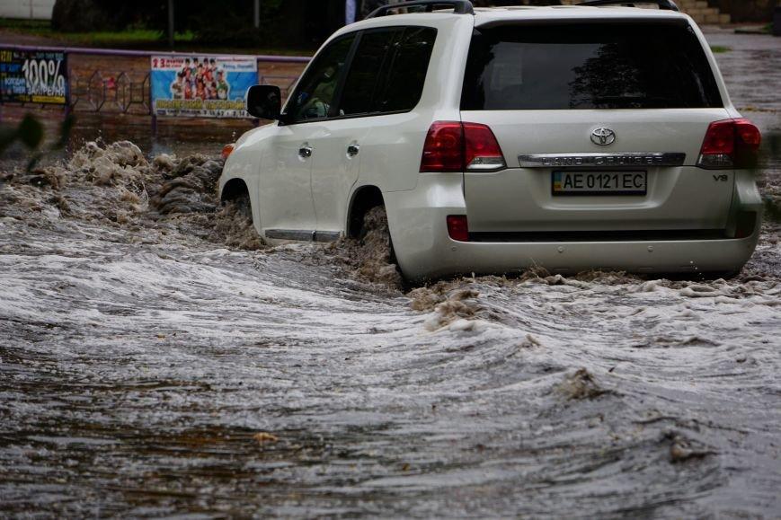Сильный ливень в Каменском затопил улицы и частично парализовал движение транспорта, фото-4