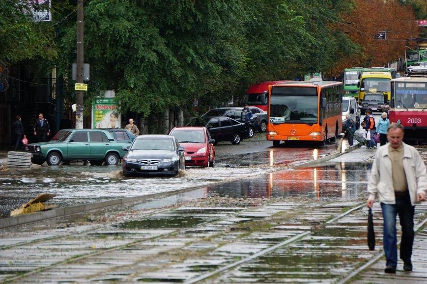 Сильный ливень в Каменском затопил улицы и частично парализовал движение транспорта, фото-13