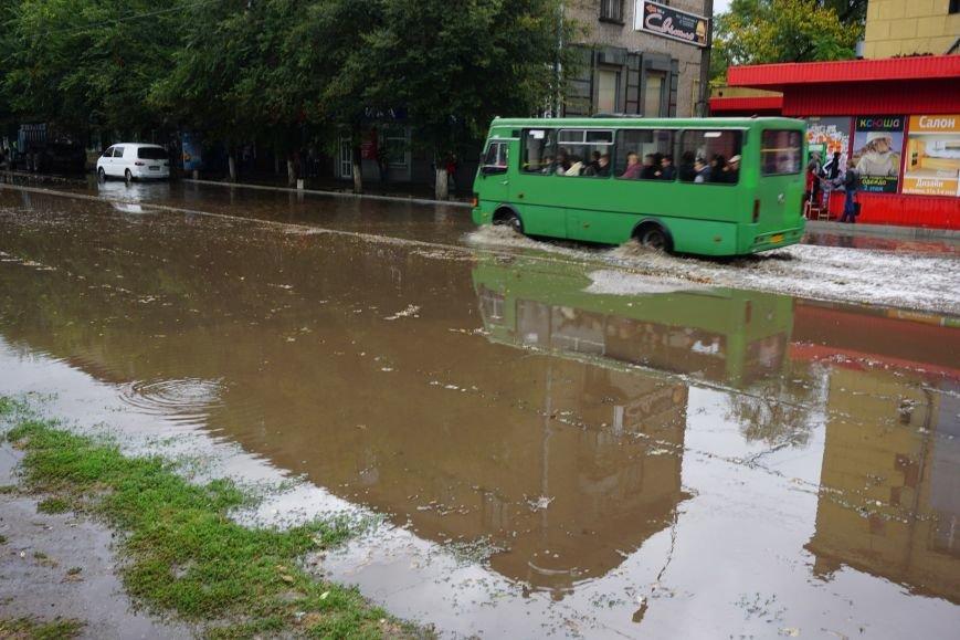 Сильный ливень в Каменском затопил улицы и частично парализовал движение транспорта, фото-11