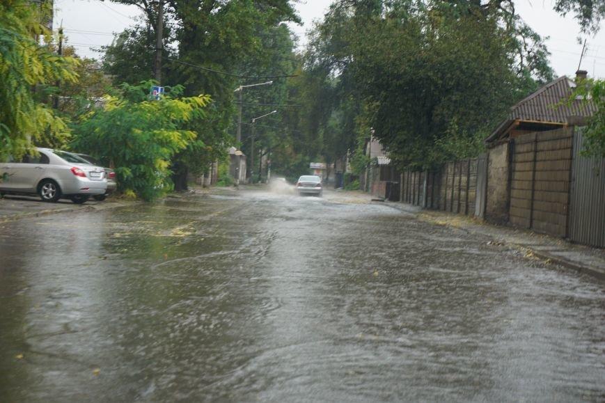 Сильный ливень в Каменском затопил улицы и частично парализовал движение транспорта, фото-1