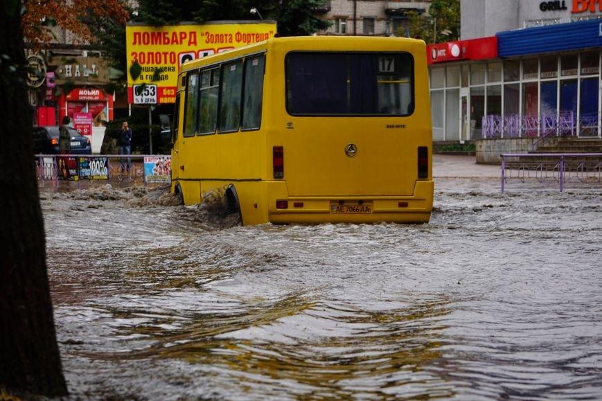 Сильный ливень в Каменском затопил улицы и частично парализовал движение транспорта, фото-8
