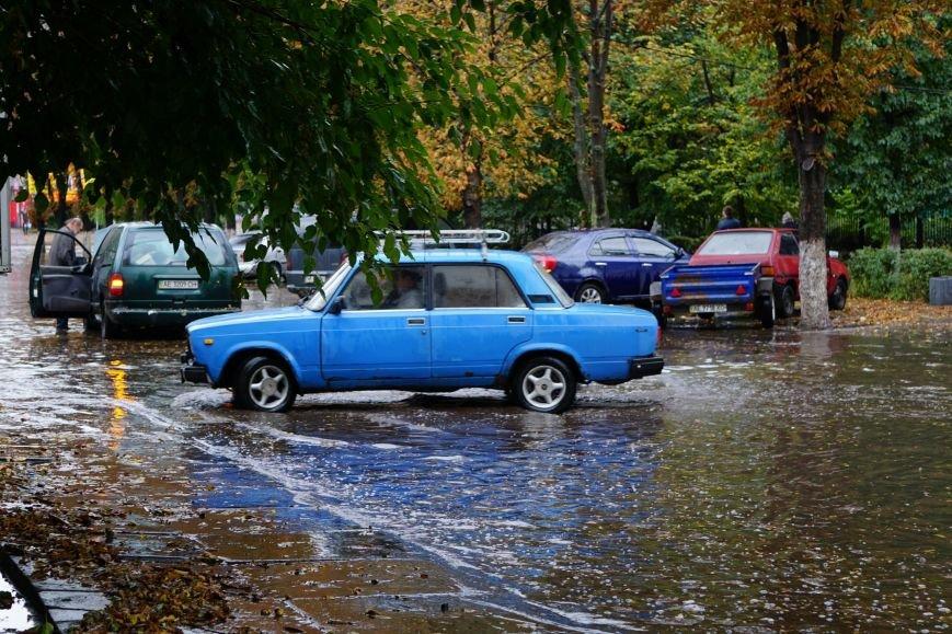 Сильный ливень в Каменском затопил улицы и частично парализовал движение транспорта, фото-14