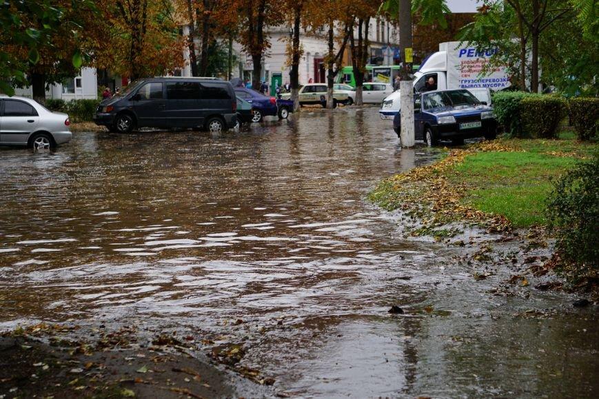 Сильный ливень в Каменском затопил улицы и частично парализовал движение транспорта, фото-3