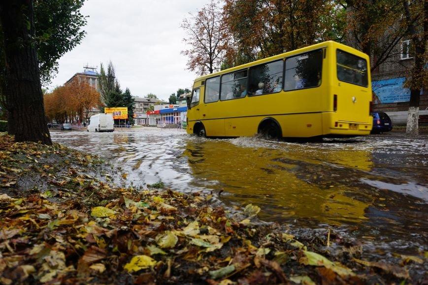 Сильный ливень в Каменском затопил улицы и частично парализовал движение транспорта, фото-10
