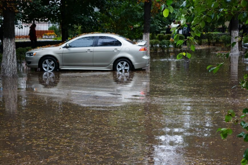 Сильный ливень в Каменском затопил улицы и частично парализовал движение транспорта, фото-2