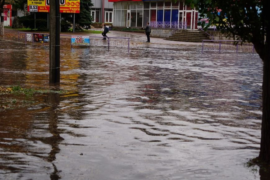 Сильный ливень в Каменском затопил улицы и частично парализовал движение транспорта, фото-9