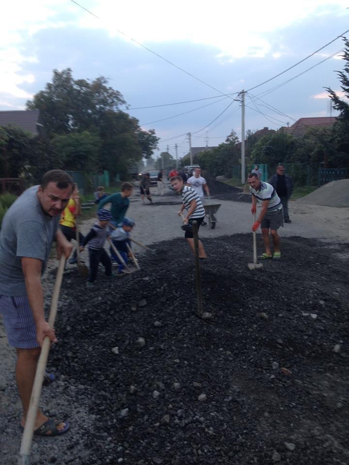 Ужгородці власноруч дорогу відремонтували (відео)
