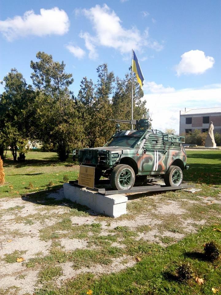 В Запорожской области в память о воинах АТО на трассе стоит боевой внедорожник, - ФОТО, фото-4