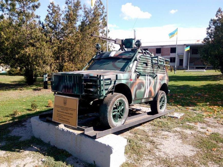 В Запорожской области в память о воинах АТО на трассе стоит боевой внедорожник, - ФОТО, фото-1