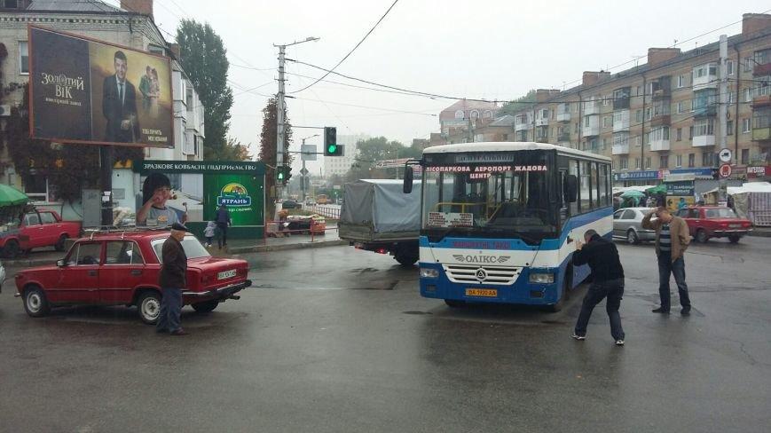 ДТП в Кропивницком: легковой автомобиль врезался в автобус (ФОТО), фото-1