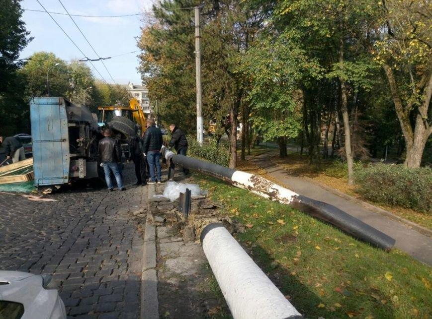 На Сихові через відмову гальм перекинулась вантажівка (ФОТО), фото-2