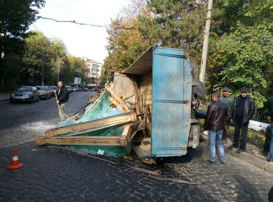 На Сихові через відмову гальм перекинулась вантажівка (ФОТО), фото-1