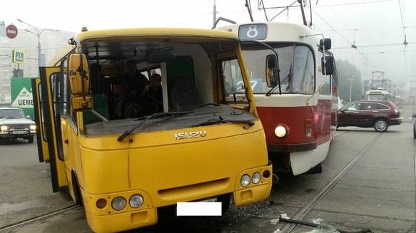Трамвай VS автобус: в аварии на проспекте Гагарина пострадали три человека (ФОТО), фото-1