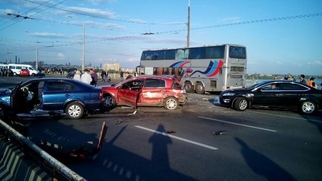 На центральном мосту Днепра столкнулись 10 машин (ФОТО, ВИДЕО), фото-2
