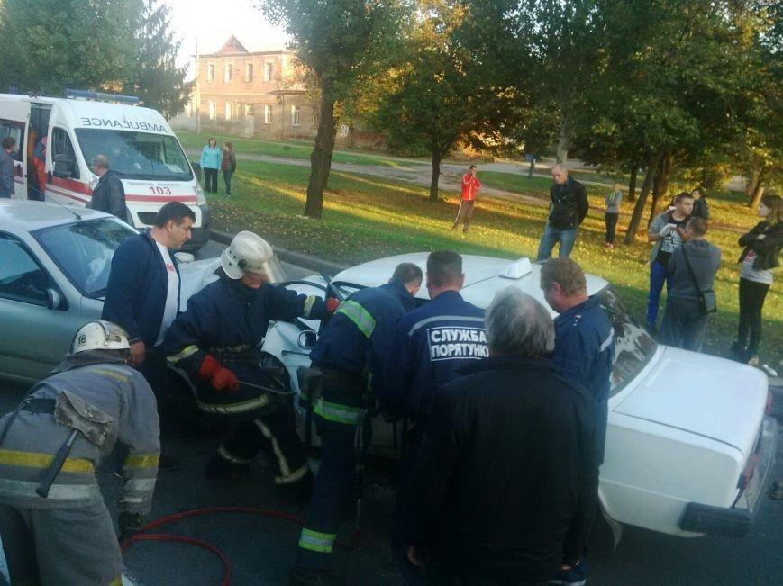 Авария на Академика Павлова: таксиста вырезают из машины (ФОТО), фото-2