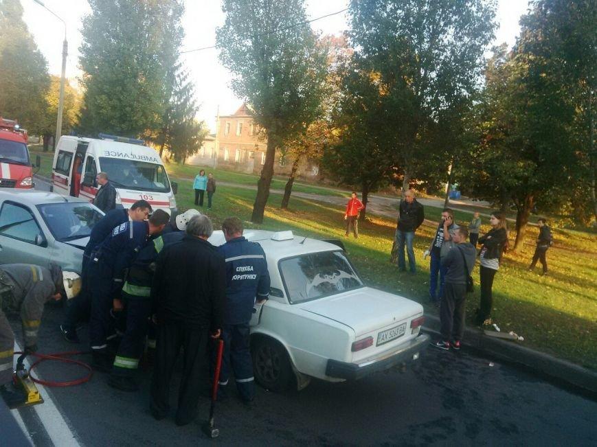 Авария на Академика Павлова: таксиста вырезают из машины (ФОТО), фото-1