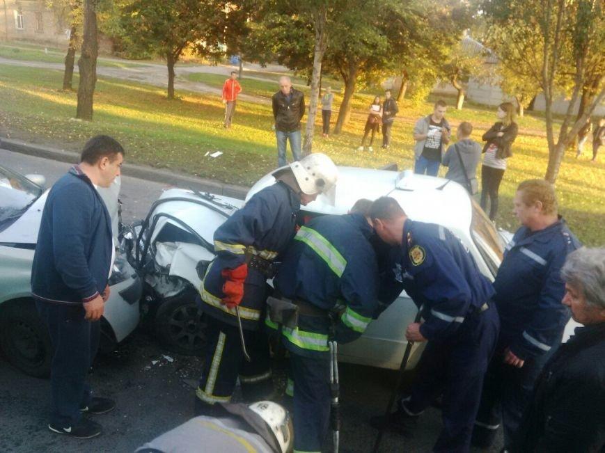 Авария на Академика Павлова: таксиста вырезают из машины (ФОТО), фото-3