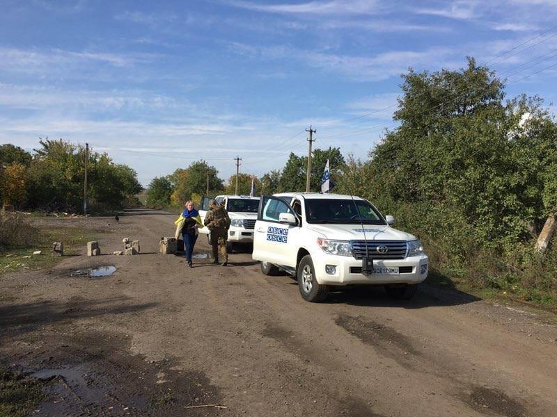 Жительницы Волновахи  пытались встать на пути отвода украинских военных (ФОТО,ВИДЕО), фото-1