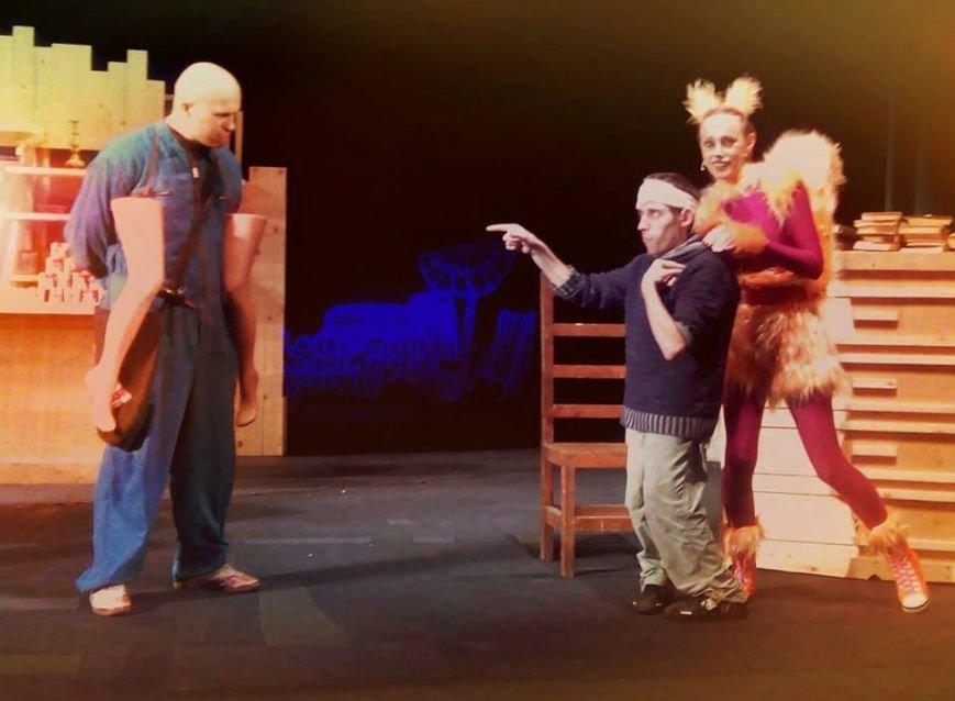 В Херсоне актеры драмтеатра оригинально приглашали горожан на открытие театрального сезона (фото), фото-1