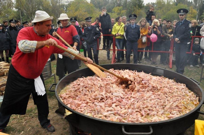 На Покровской ярмарке приготовили рекордные 250 килограмм куриных крылышек, - ФОТО, фото-2