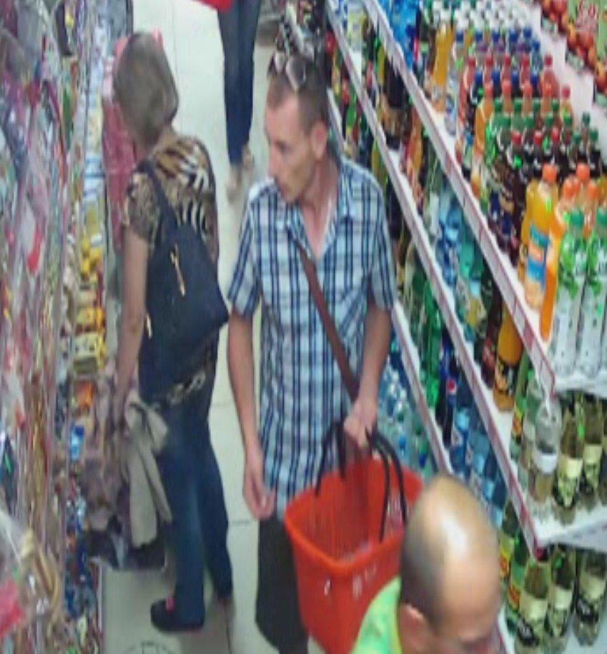 В Гродно снова крадут еду: милиция ищет мужчин, которые вынесли сыр и шоколад из магазинов на ул. Пестрака (ВИДЕО), фото-1